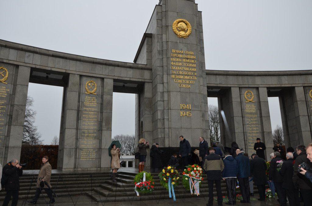 Возложение венков к мемориалу советским воинам-освободителям