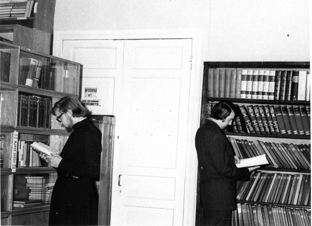 Отец Феофан и Николай Коньков в библиотеке ЛДА